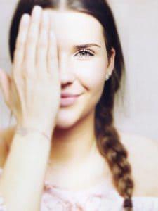 la chica que cubre el ojo, la vista, la visión
