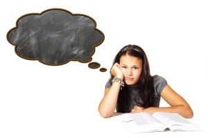 kobieta ucząca się, mająca pustkę w głowie