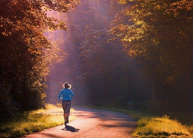 corriendo, corriendo en el parque