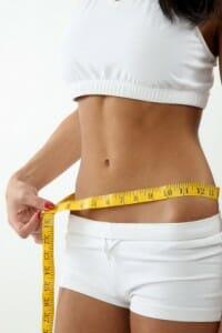 la chica que mide la cintura por una pulgada