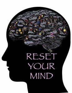 Ilustración que muestra la cabeza, el contorno del cerebro y la inscripción: reajuste su mente