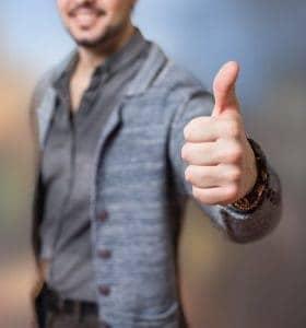 un hombre mostrando un gesto con su pulgar ok