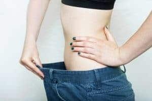 una mujer que ha perdido peso y muestra la diferencia