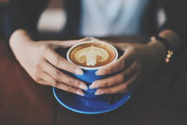 taza de café en tus manos