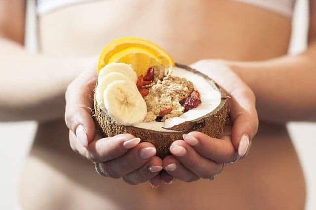 la mujer tiene un postre dietético en sus manos