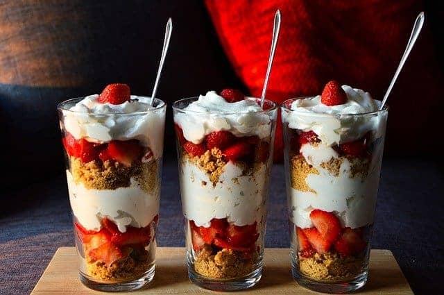 postre dietético con fruta y yogur