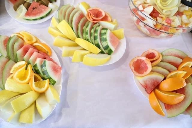 fruta picada en las ensaladas