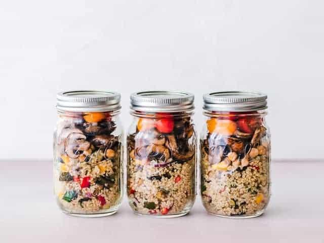 un plato dietético de cereales y verduras en frascos