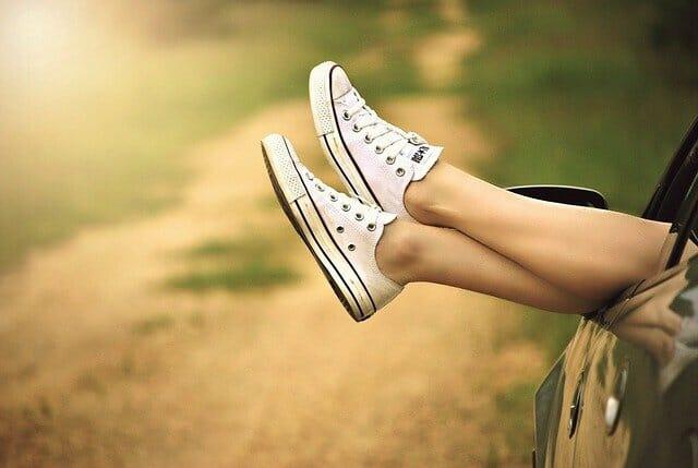 Las piernas en los zapatos de tenis