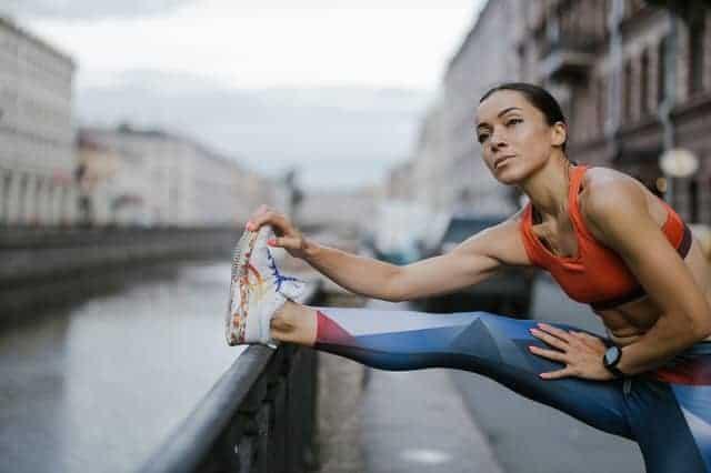 la mujer calienta antes de correr
