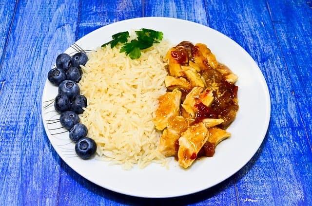 arroz con guiso en el plato