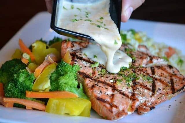 Verduras y pescado al horno en un plato