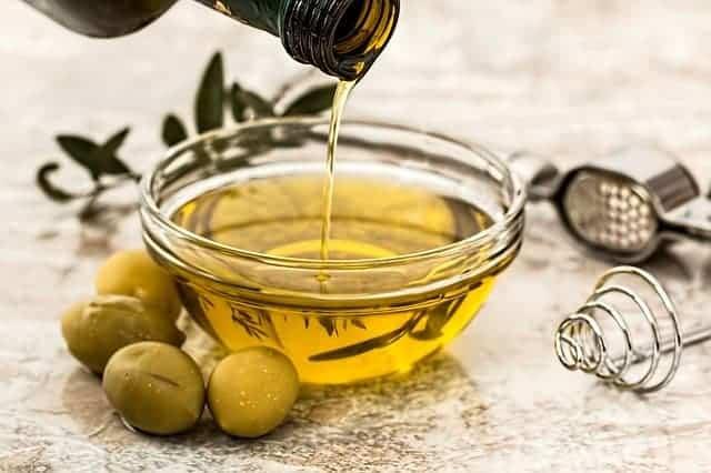 aceite de oliva y aceitunas verdes